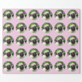 Niedliches rehbraunes Mops-Welpen-HundeFoto - Einpackpapier