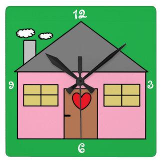 Niedliches rosa Childish Haus-Entwurfs-Grün Quadratische Wanduhr