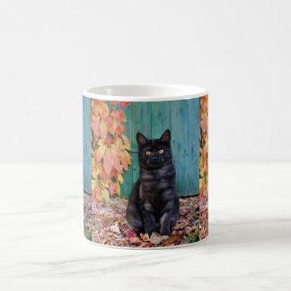 Niedliches schwarze Katzen-Kätzchen mit Rot Kaffeetasse