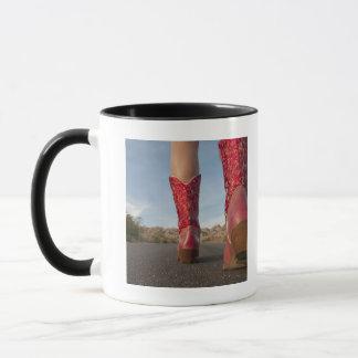 Niedrig-Winkel Ansicht der tragenden Cowboystiefel Tasse