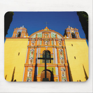 Niedrige Winkelsicht der gelben verzierten Kirche Mauspad