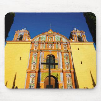 Niedrige Winkelsicht der gelben verzierten Kirche Mousepad