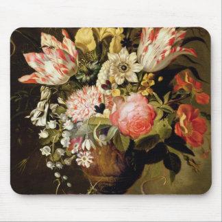 Noch Leben der Blumen in einem Vase mit einer Mousepads