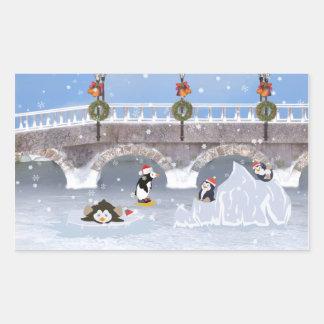 Noël, pingouins espiègles sur le lac congelé sticker rectangulaire