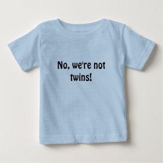 Non, nous ne sommes pas des jumeaux ! t-shirt pour bébé