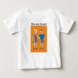 Nous sommes des jumeaux ! t-shirt pour bébé