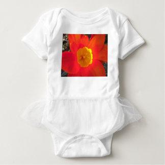 Offene Tulpe-Blume des Rotes und des Gelbs Baby Strampler