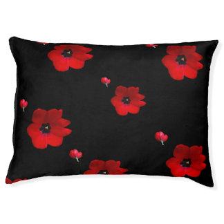 Öffnen Sie rote Tulpen auf schwarzem Haustier-Bett Haustierbett