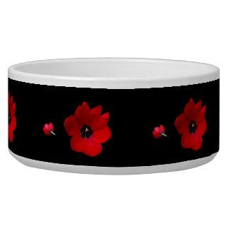 Öffnen Sie rote Tulpen auf schwarzer Napf