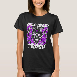 Ölfeld-Abfall in weißem und in Lila T-Shirt