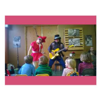 Olivgrünes Rootbeer und Dingo Dizmal Party am Café Postkarte