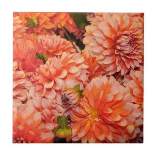 Orange Dahlie-Blumen Fliese