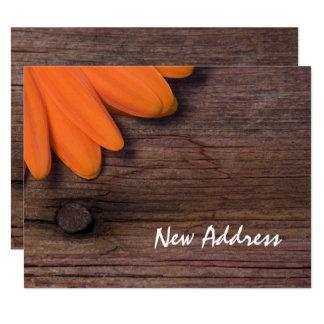 Orange Gänseblümchen und rustikale Karte