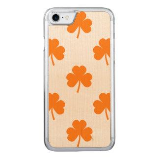 Orange Herz-geformter Klee auf weißem St Patrick Carved iPhone 7 Hülle