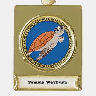 Orange Meeresschildkröteschwimmen mit einem Banner-Ornament Gold
