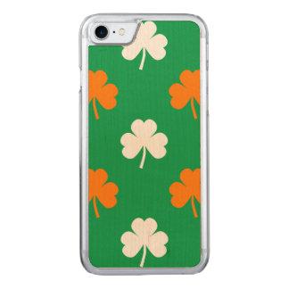 Orange u. weißer Herz-Klee auf grünem St Patrick Carved iPhone 7 Hülle