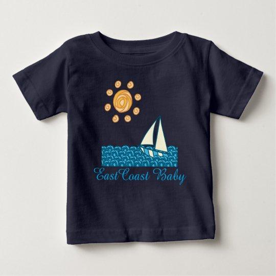 Ostküsten-BabyseeSegelboot-Strandsonne Baby T-shirt
