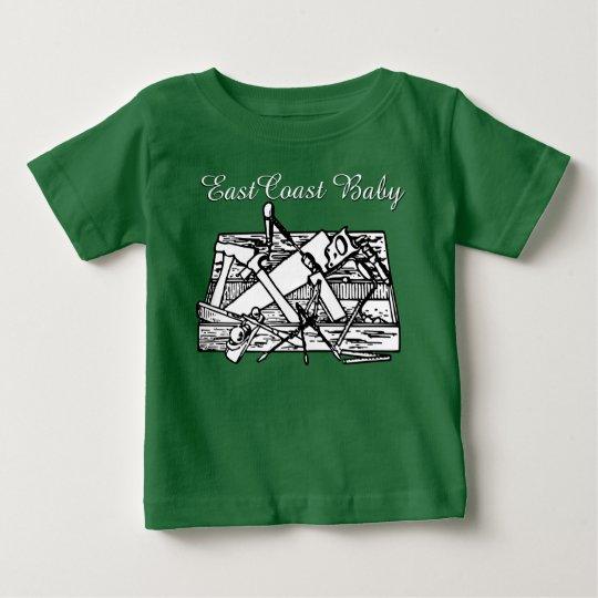 Ostküsten-Babywerkzeugkastenhölzernes ArbeitsShirt Baby T-shirt