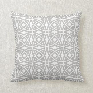 Östliches geometrisches Muster in Grauem und in Kissen