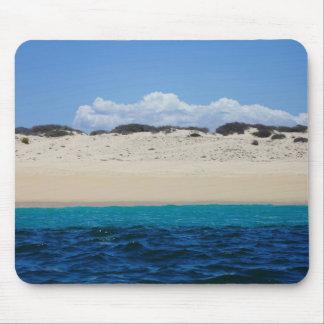 Ozean-Wellen auf Sandy-Strand unter blauem Himmel Mauspads