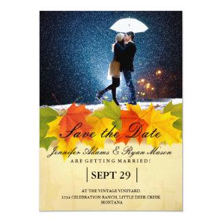 Paare mit dem Regenschirm, der am Schnee/am 12,7 X 17,8 Cm Einladungskarte