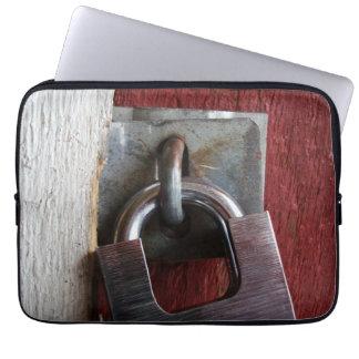 Padlock on old door laptopschutzhülle