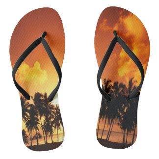 Palme-Sonnenuntergang-Strand drehen Reinfälle um Flip Flops