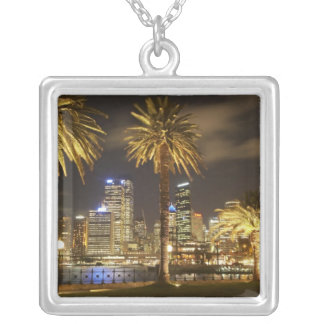 Palmen und CBD nachts, Sydney, neuer Süden Versilberte Kette
