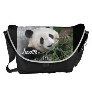 Panda, schwarzer Hintergrund, große Bote-Tasche Kurier Taschen