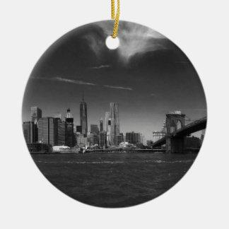 Panoramisches Schwarz-weißes Brooklyn Rundes Keramik Ornament