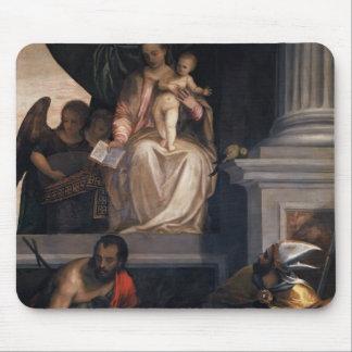 Paolo Veronese- Madonna couronné avec l'enfant Tapis De Souris