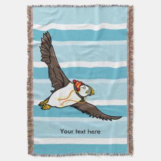 Papageientaucher, der einen Hut ein gestrickter Decke