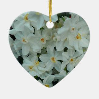 Paperwhite Narzissen-empfindliche weiße Blumen Keramik Herz-Ornament