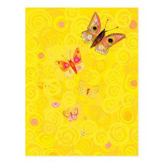 Papillon Schmetterlinge auf gelbem Kunst nouveau Postkarte