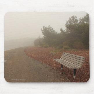 Park-Bank im Nebel Mousepad