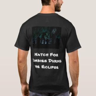 Passen Sie für Zombies während der Eklipse auf T-Shirt