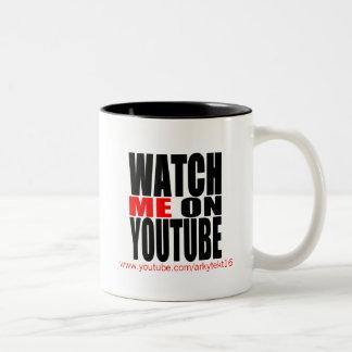 Passen Sie mich auf YouTube auf (modern) Zweifarbige Tasse