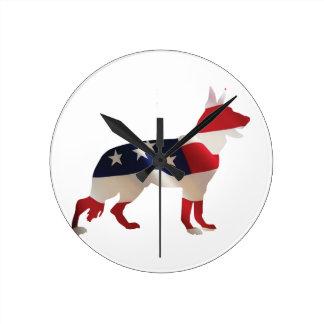 Patriotischer Schäferhund Runde Wanduhr