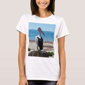 Pelikan auf Strand-Felsen, T-Shirt