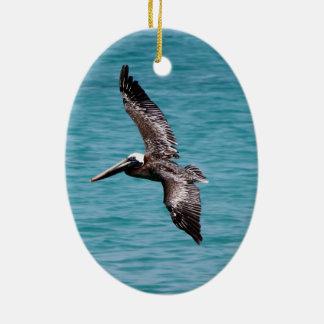 Pelikan im Flug Ovales Keramik Ornament
