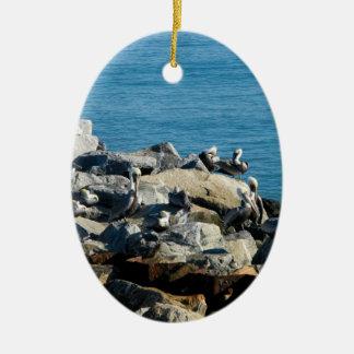 Pelikane auf den Felsen Ovales Keramik Ornament