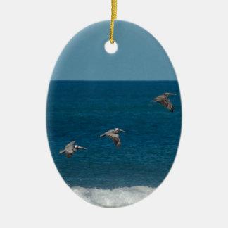 Pelikane, die in Bildung, Costa Rica fliegen Ovales Keramik Ornament