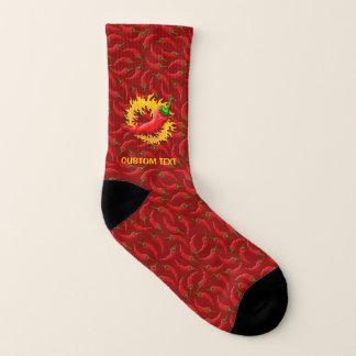 Peperoni mit Flamme auf rotem Hintergrund Socken