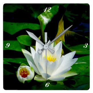 Perfekte weißes Wasser-Lilie und Knospe Quadratische Wanduhr