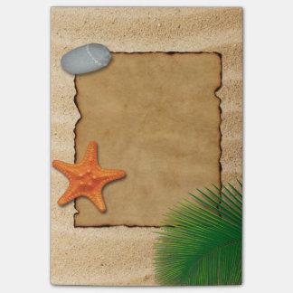Pergament auf Sand-Hintergrund - Posten-it® Post-it Klebezettel