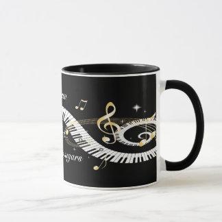 Personalisierte Klavier-Schlüssel und goldener Tasse