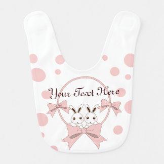 Personalisierte niedliche Häschen mit rosa Lätzchen