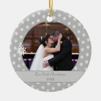 Personalisierte Schneeflocke-erstes WeihnachtsFoto Rundes Keramik Ornament