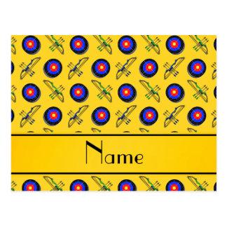 Personalisiertes gelbes Namensbogenschießen Postkarte