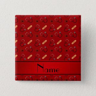 Personalisiertes rotes Stethoskopverbandnamensherz Quadratischer Button 5,1 Cm